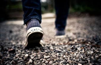 caminando por la grava con unas Converse Chuck Taylor All Star
