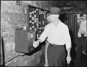Harry Fain, cargador de carbón, fichando por la tarde tras la limpieza después del trabajo