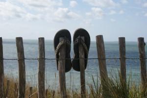 sandalias en una playa